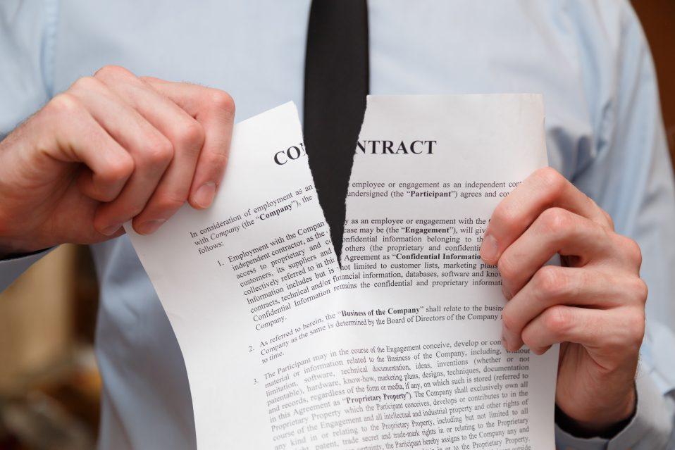 Contrato sendo rasgado por causa de cláusulas abusivas ou distrato imobiliário